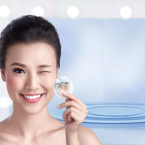 Theo các chuyên gia chăm sóc sắc đẹp, để chăm sóc làn da đẹp, khỏe mạnh, bạn gái cần tuân thủ ba bước. Đầu tiên là sử dụngsản phẩm tẩy trang dịu nhẹ, thành phần lành tính và không chứa cồn, có khả năng cấp ẩm và làm mịn da.