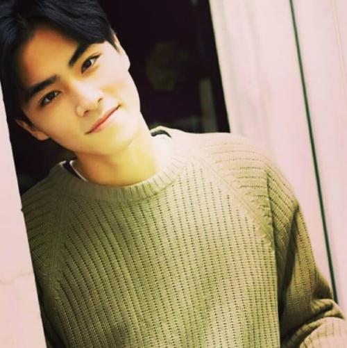 Anh chính là thành viên nổi bật nhất trong 3 cái tên vừa được SM công bố. Sau hơn 1 giờ ra mắt, nhan sắc đốn tim của Xiao Jun đã khiến anh lọt top trend thế giới với hơn 100.000 tweet.