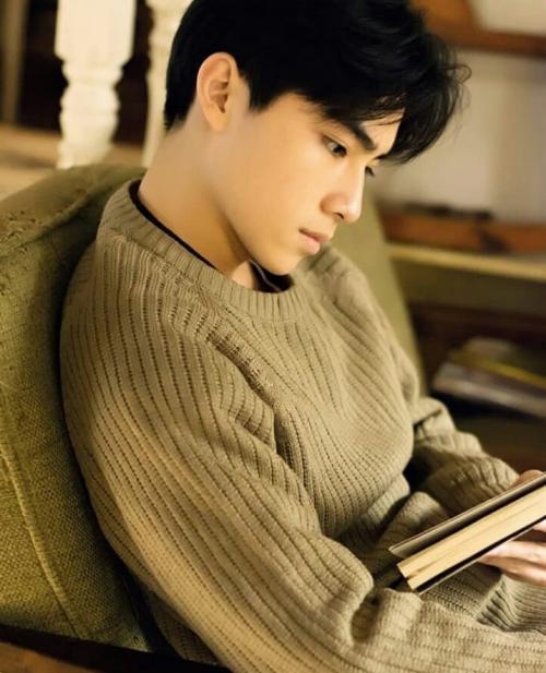Vẻ ngoài của Xiao Jun chính là mẫu thần tượng lý tưởng của fan girl: soái ca lạnh lùng nhưng lại đầy bí ẩn cuốn hút.