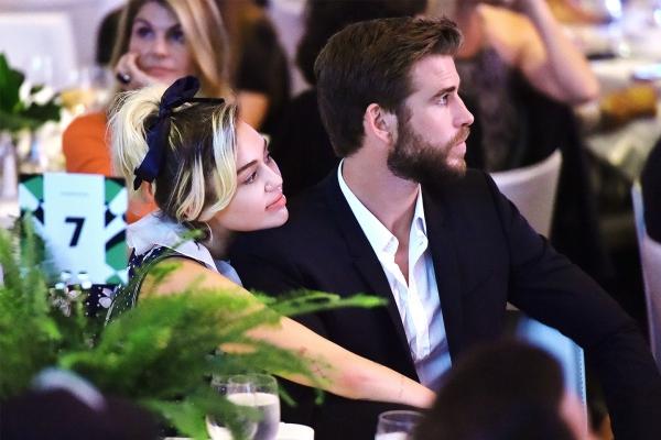 Nguồn tin của OK! nói: Liam háo hức muốn có con còn Miley thì nghĩ thời điểm này chưa phù hợp, điều này khiến anh đau khổ vô cùng. Miley cứ trì hoãn kế hoạch đám cưới và Liam thì hoàn toàn mệt mỏi. Tình cảm của họ đã rạn nứt trong vài tháng nay.
