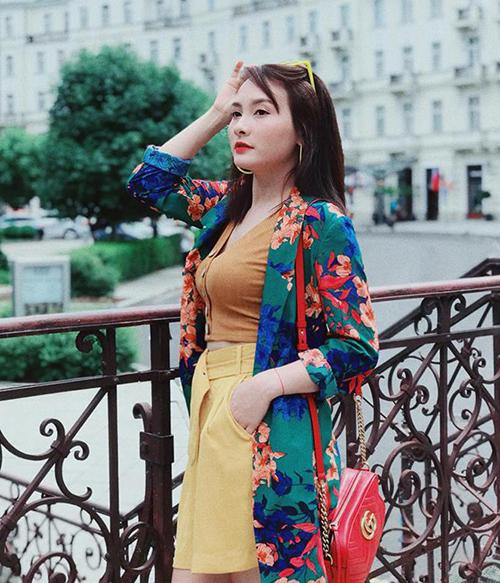Sai lầm thường gặp nhất trong cách ăn mặc của người đẹp là mix-match các món đồ quá chọi nhau về màu sắc, họa tiết, dẫn đến cả cây đồ trônglòe loẹt, rối mắt.