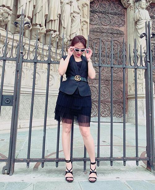 Muốn có những bức ảnh street style nổi bật khi đi du lịch nên Bảo Thanh còn ưa cách mặc đồ làm quá chẳng khác gì dự tiệc.
