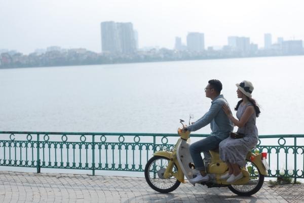 Ngoài câu chuyện về tình yêu trong sáng thuở sinh viên, hình ảnh về những con phố nổi tiếng của Hà Nội như: Bờ Hồ (Hồ Hoàn Kiếm), phố Tràng Tiền, Hồ Tây, Tạ Hiện,& chốn vui chơi, hẹn hò quen thuộc của giới sinh viên Hà thành cũng được nhắc tới và đưa vào MV.