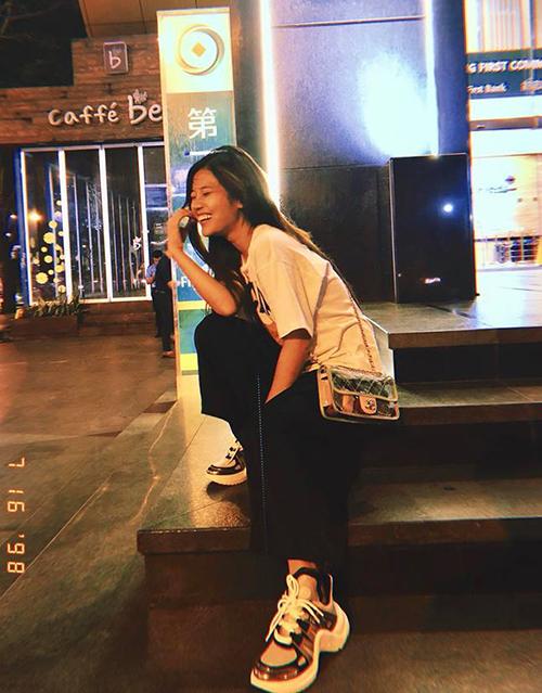 Hoàng Yến Chibi chứng tỏ độ sành khi vừa sắm một đôi sneakers đang gây sốt để kết hợp cùng túi trong suốt của Chanel.