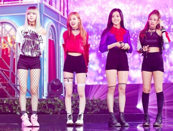 Ngoài Jennie, các thành viên khác của Black Pink cũng không ít lần sử dụng món phụ kiện này để tăng độ sexy cho trang phục.