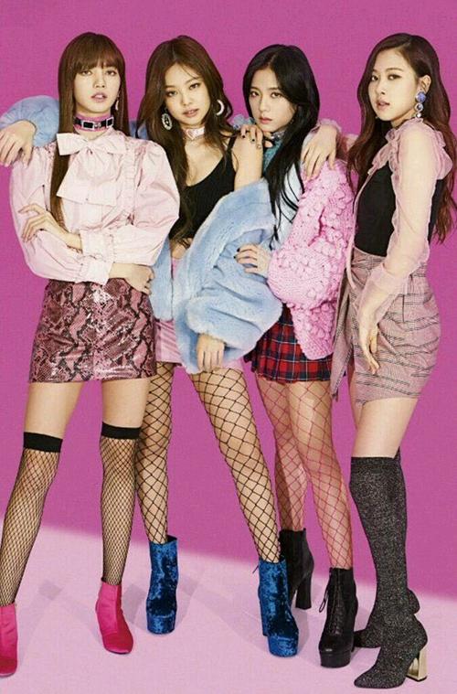 Với bất cứ trang phục nào, Jennie cũng nhấn nhá thêm độ gợi cảm bằng đôi tất thủng lỗ chỗ.