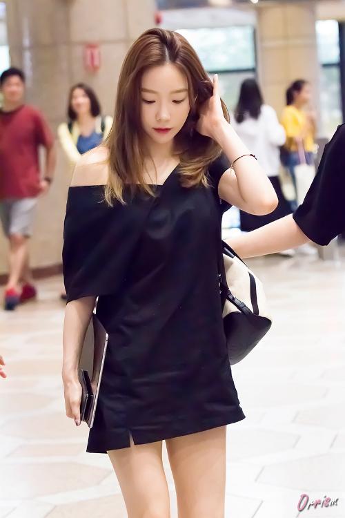 Cuối tháng 6, Tae Yeon cũng diện thiết kế này khi ra sân bay. Trưởng nhóm của SNSD được khen ngợi bởi nhan sắc trẻ trung không kém đàn em.