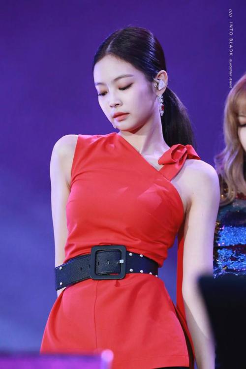 Jennie có sức hút lớn khi lên sân khấu. Cô nàng có phong cách đầy sang chảnh và nữ tính. Phần xương quay xanh giúp nữ ca sĩ thêm phần gợi cảm mà không cần mặc hở hang nhiều.