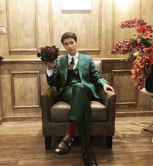 Bình An trông chẳng kémsoái ca trong phim ngôn tình Hàn Quốckhi diện vest ngồi cầm hoa hồng rất bảnh.
