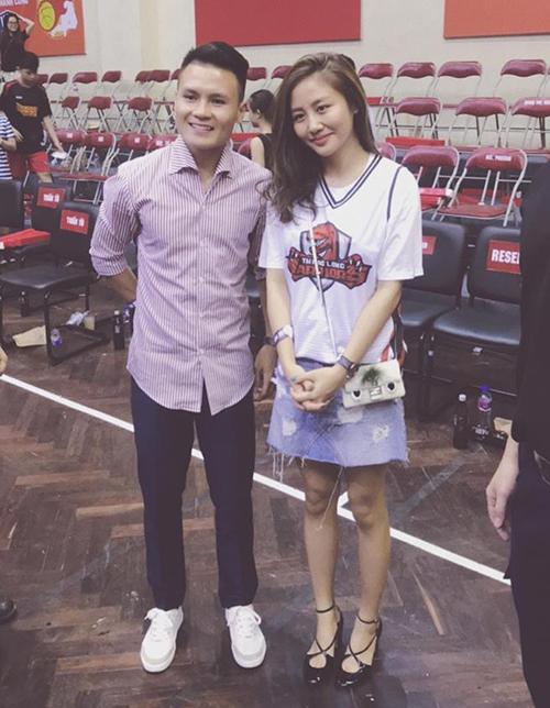 Văn Mai Hương và Quang Hải có phần ngại ngần trong lần đầu gặp gỡ, chụp hình chung.