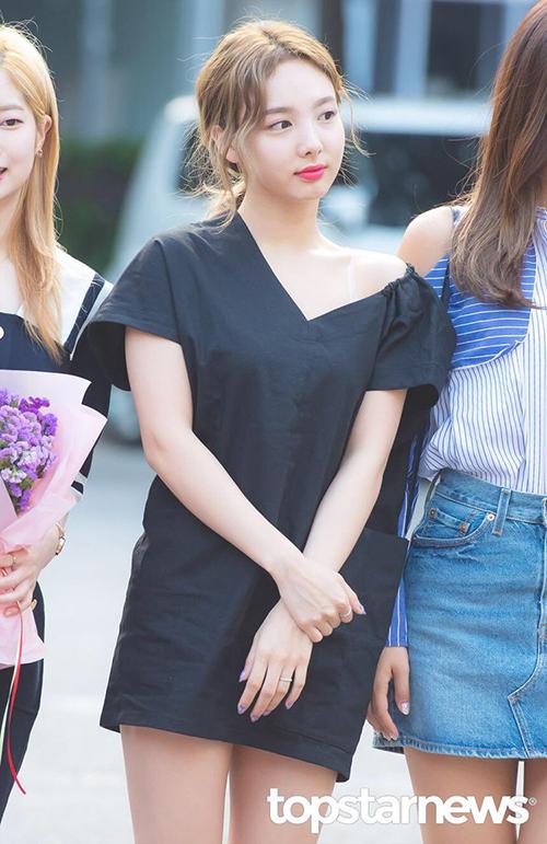Twice là nhóm nữ thu hút nhiều sự chú ý nhất khi đến Music Bank. Na Yeon khoe vai trong một mẫu váy bất đối xứng lạ mắt. Đây là sản phẩm của EcommaE, giá 4 triệu đồng.