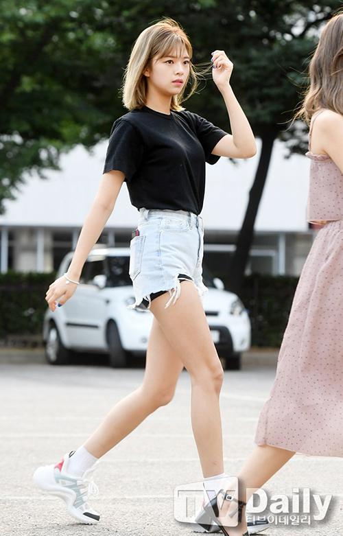 Vì diệnquần short rách tả tơi, Jeong Yeon phải mặc cả quần bảo vệ.