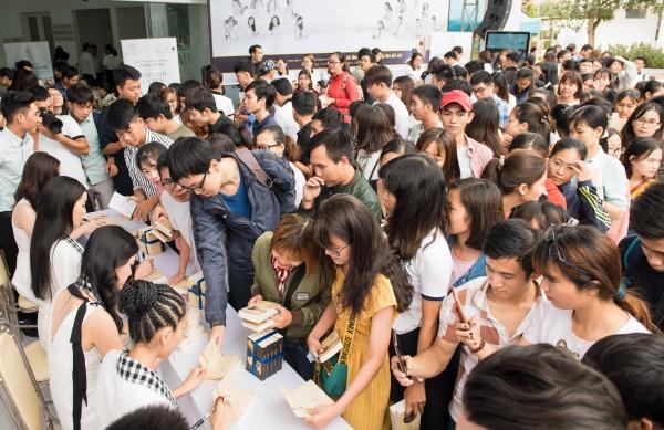 Hàng trăm bạn sinh viên vây quanh các người đẹp để nhậnsách có chữ ký.