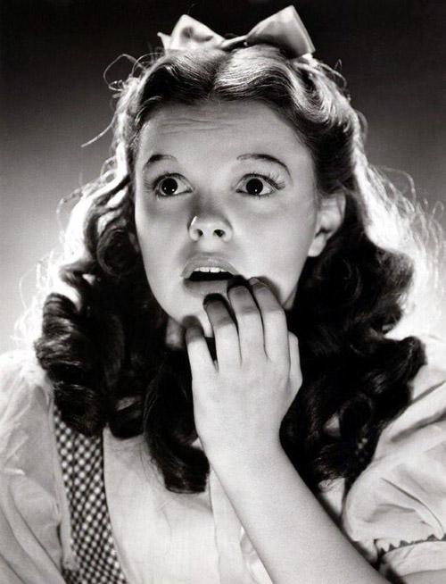 Sao nhí Judy Garland thậm chí còn phải nhịn ăn và hút thuốc để giữ dáng.