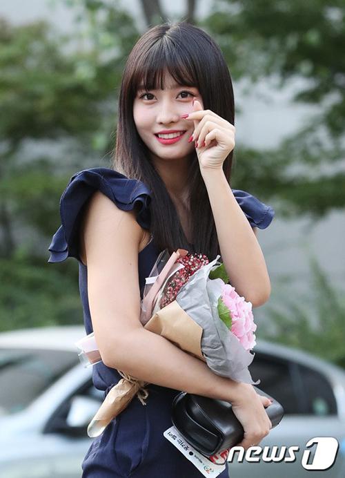 Momo đáng yêu bắn tim cho fan trên đường đến Music Bank.