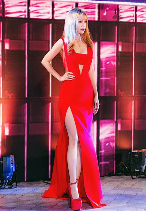 Những chiếc váy xẻ tà dài cao vút không thể thiếu trong tủ đồ của người đẹp để phục vụ cho việc đi sự kiện.