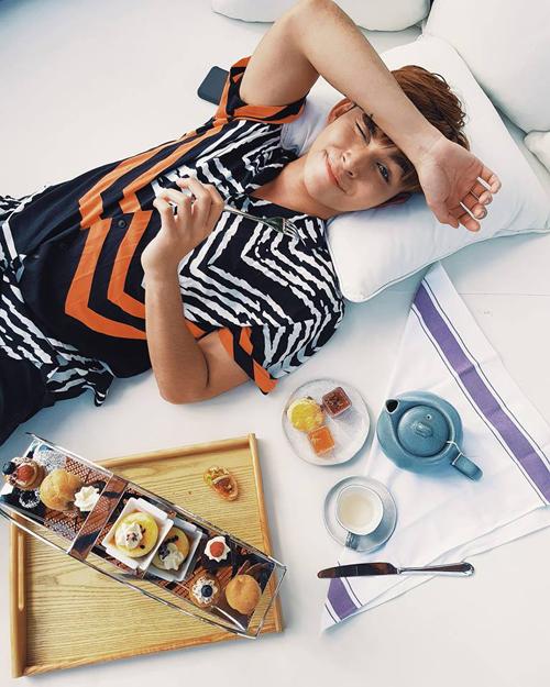 Jun Phạm thưởng thức bữa sáng thịnh soạn ngay trên giường khách sạn.