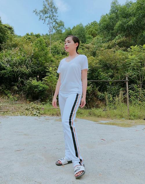 Khả Như giới thiệu bộ cánh đi chơi của mình là theo phong cách cô thôn nữ.