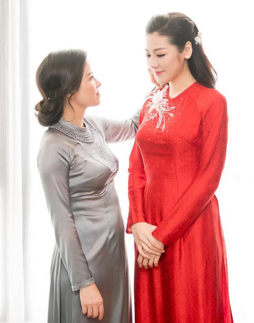 Tú Anh và mẹ vốn thân thiết như bạn bè. Mẫu thân của cô cũng là người luôn bên cạnh chăm lo cho Tú Anh mỗi khi đi sự kiện.