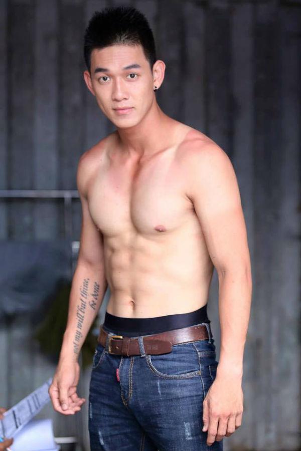 <p> Năm 2016, Song Luân gia nhập công ty của Ông Cao Thắng và Đông Nhi. Tại đây, anh được đi học thêm thanh nhạc, vũ đạo, tập gym nghiêm ngặt để có thân hình chuẩn.</p>