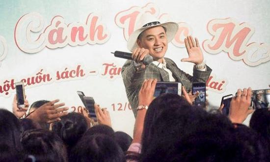 Anh chàng như biến buổi giao lưu thành mini fan meeting với những hành động cực dễ thương và hài hước.