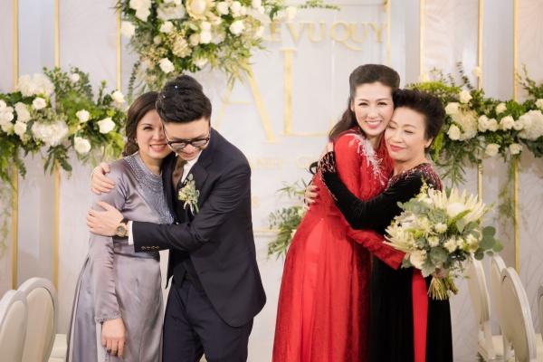 Cặp đôi tươi cười hạnh phúc ôm 2 mẹ.