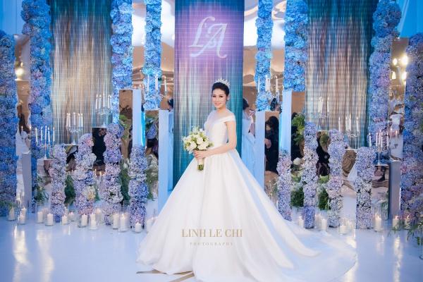 Cô dâu xinh đẹp trong chiếc váy cưới của nhà thiết kế Chung Thanh Phong.