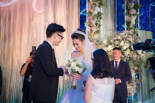Cặp đôi hạnh phúc trao nhau nhẫn cưới.