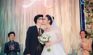 Chú rể Gia Lộc hôn cô dâu Tú Anh ngọt ngào trong hôn lễ