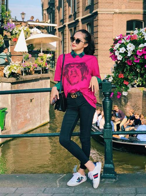 Từ một người đẹp không sở hữu quá nhiều hàng hiệu, Hương GIang bổ sung vào tủ đồ hàng chục món đồ đắt đỏ mới sau khi đăng quang Hoa hậu chuyển giới quốc tế. Phong cách đời thường của người đẹp gàn đây vì thế mà cũng trở nên đẳng cấp hơn hẳn. Trong chuyến du lịch châu Âu hè này, nữ ca sĩ khoe hàng loạt bộ cánh đắt đỏ, đẳng cấp. Trong hình, cô diện trang phục màu sắc với thắt lưng và giày Gucci, túi xách Celine.