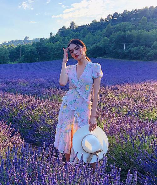 Màu sắc trang phục giúp Hương Giang trông duyên dáng chẳng kém những đóa hoa xung quanh.