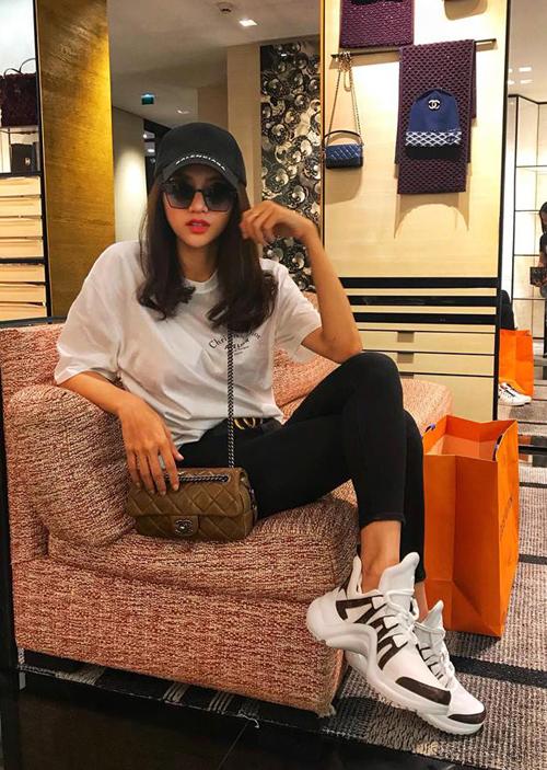 Người đẹp không ngại chi khoảng 50 triệu đồng để rước về hai đôi giày chỉ khác biệt màu sắc. Với bộ trang phục khỏe khoắn này, mỹ nữ diện hàng hiệu từ đầu đến chân gồm mũ Balenciaga, áo phông Dior, túi xách Chanel và giày Louis Vuitton.