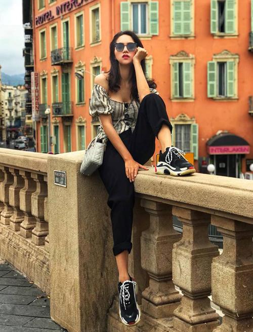 Chiếc áo gợi cảm được Hương Giang thổi vẻ cá tính bằng cách mix cùng sneakers Balenciaga. Bộ cánh được cô kết hợp cùng túi xách Dior.