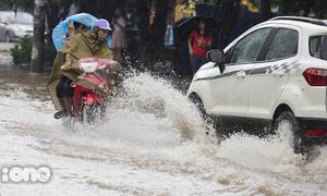 Sau trận mưa lớn, người Hà Nội lại bì bõm lội nước