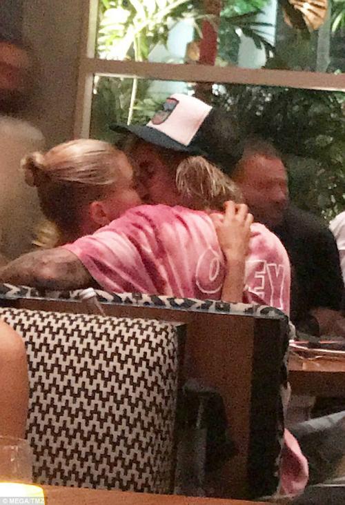 Mới đây nhất, khi đi ăn tối cùng bạn bè tại một nhà hàng Komodo Asian ở Miami lúc 10h tối, Justin Bieber dành cho vị hôn phu Hailey Baldwin một nụ hôn nồng nàn. Hình ảnh được ghi lại và nhanh chóng lan truyền.