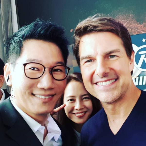 Bố mũi to Jee Seok Jin cùng mợ ngố Song Ji Hyo vui vẻ chụp hình cùng nam diễn viên đình đám của Hollywood. (Ảnh: @jeeseokjin)