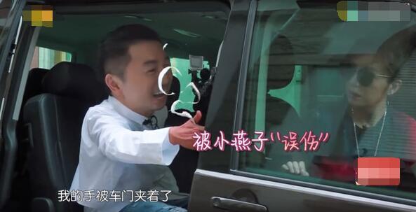 Tô Hữu Bằng bị Triệu Vy vô tình sập cửa làm kẹt tay.