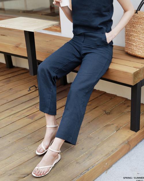 Với kiểu dáng đơn giản, không bao giờ lỗi mốt, sandals xỏ ngón là món phụ kiện lên ngôi mỗi khi hè về. Kiểu dép này đặc biệt hợp với những nàng có bàn chân gầy, ngón chân thuôn dài.