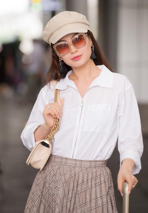 Á hậu Diễm Trang diện cả cây đồ hàng hiệu theo phong cách cổ điển ra sân bay.