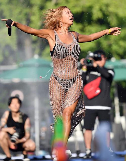 Jessi tập luyện chăm chỉ để giữ dáng và thừa nhận từng nâng ngực. Style biểu diễn hết mình, hoang dại giúp nữ ca sĩ có nhiều show.