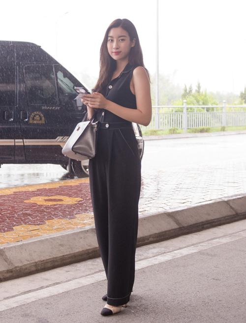 Mỹ Linh diện bộ jumpsuit kiểu dáng cơ bản kết hợp cùng giày cao gót Chanel và túi xách