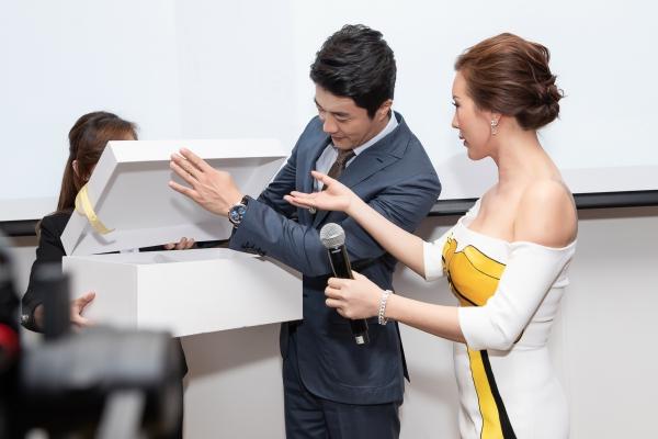 Kwon Sang Woo được Hoa hậu Thu Hoài tặng một bộ áo dài Lãnh Mỹ A do NTK Công Trí thiết kế.