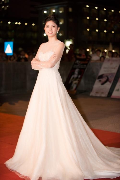 Á hậu Thanh Tú xuất hiện với chiếc đầm trắng lộng lẫy như một nàng công chúa.