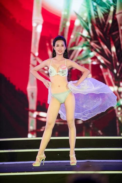 Các thí sinh khoe hình thể, cách trình diễn năng động, tươi trẻ trong sự cổ vũ của hàng nghìn khán giả.