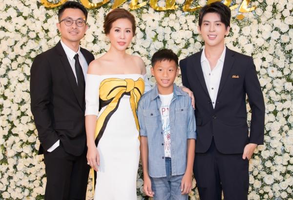 Gia đình gồm người yêu và các con trai đến chúc mừng Thu Hoài.