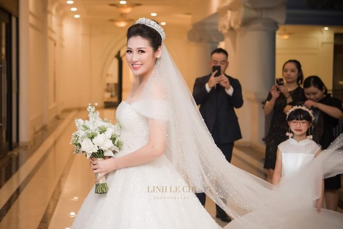 <p> Trong tiệc cưới diễn ra tối 21/7, Á hậu Tú Anh diện bộ váy cưới đặc biệt, thu hút sự chú ý. Nó được đính hơn 20.000 viên pha lê và loại đá swarovski tỉ mỉ bằng tay do NTK Chung Thanh Phong thực hiện.</p>