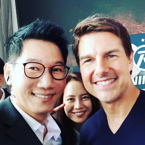 Ji Seok Jin, Song Ji Hyo có dịp chụp ảnh cùng Tom Cruise khi ghi hình Running Man.