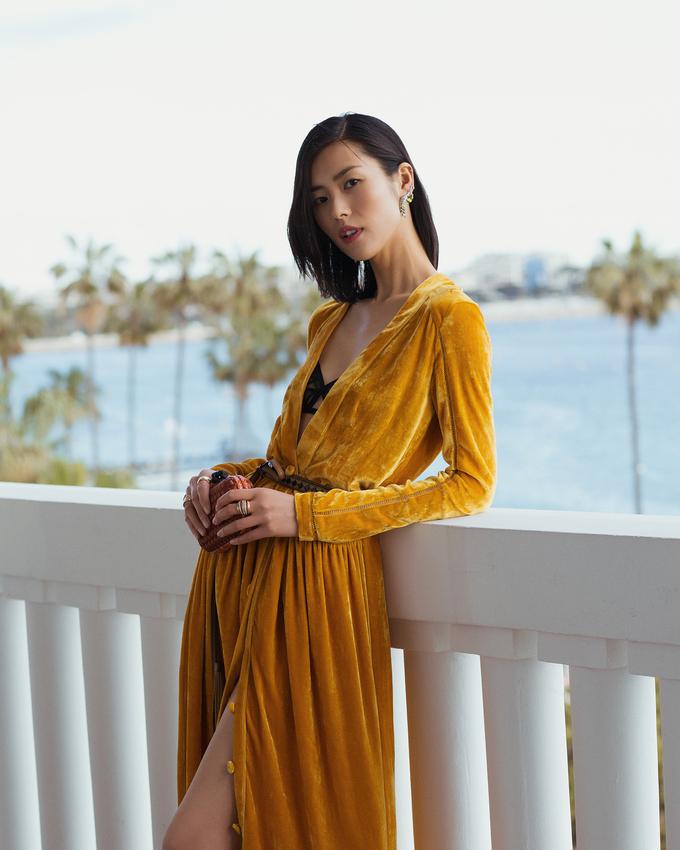 """<p> Liu Wen sinh năm 1988, là một trong những niềm tự hào của làng mẫu châu Á khi liên tục góp mặt trong các show diễn mang đẳng cấp quốc tế. Sở hữu nét đẹp ngọt ngào, làn da khỏe khoắn cùng thân hình mảnh khảnh, Liu Wen là cái tên yêu thích, được nhiều nhà mốt trên thế giới """"chọn mặt gửi vàng"""". Hiện tại, cô là một trong số những người mẫu được yêu thích nhất trên thế giới khi sở hữu tài khoản instagram gần 4 triệu fans.</p>"""