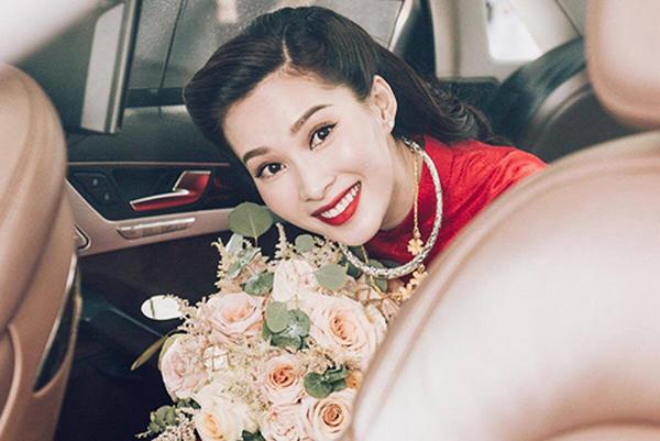 Son môi đỏ rực rỡ cũng được nhiều người đẹp Việt yêu thích vì mang đến diện mạo rạng ngời, nổi bật trong ngày trọng đại. Màu son này đặc biệt phù hợp khi các sao diện áo dài, váy cưới đỏ cùng tông.