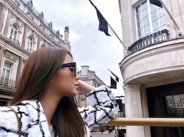 Cô nàng tiểu thư Jolie Nguyễn không phải cái tên xa lạ với giới trẻ.Cô nàng sinh năm 1997, từng đăng quang Hoa hậu người Việt tại Úc. Jolie Nguyễntừng thi đỗ vào Đại học Macquarie - top 5 ngôi trường danh tiếng tại Úc và tập kinh doanh từ năm 15 tuổi. Là cô gái có tính độc lập và biết tự lo cho cuộc sống của mình,Jolie Nguyễn mạnh tay chi cho những chuyến du lịch xa xỉ. Joliekhiến nhiều người ghen tị khi đi châu Âu như đi chợ.